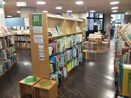 横浜中央図書館1階